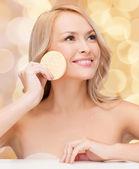 Bella mujer con esponja — Foto de Stock