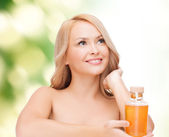 Petrol şişe ile mutlu bir kadın — Stok fotoğraf