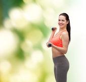 молодая женщина спортивный с легкими гантелями — Стоковое фото