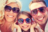 счастливая семья с голубым небом — Стоковое фото