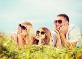 счастливая семья с голубым небом и зеленая трава — Стоковое фото