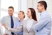 Obchodní tým diskutovat o něco v kanceláři — Stock fotografie