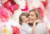 Happy mother and daughter hugging — Stock fotografie