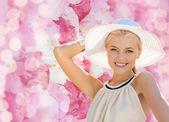 All'aperto di estate godendo bella donna — Foto Stock