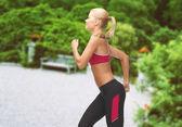 Sportiga kvinnan kör eller hoppa — Stockfoto