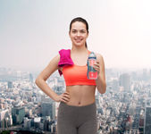 Sporty woman with towel and water bottle — 图库照片