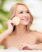 Krásná žena s houbou — Stock fotografie