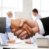 商人和握手的女商人 — 图库照片