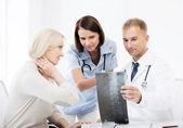 医生与病人看 x 射线 — 图库照片
