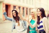 Três meninas bonitas agitando as mãos — Fotografia Stock