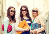 三个微笑妇女拎袋城市 — 图库照片