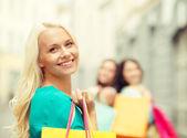Mulher bonita com sacos de compras no grosso — Fotografia Stock