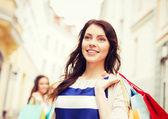 žena s nákupní tašky v brod — Stock fotografie