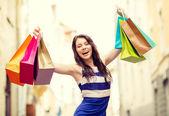 漂亮的女人和中城的购物袋 — 图库照片