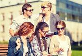 Gruppe von studenten oder jugendliche rumhängen — Stockfoto