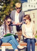 Grupo de estudantes ou adolescentes saindo — Fotografia Stock