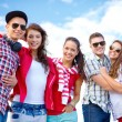 Group of smiling teenagers hanging out — Stock Photo