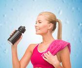 Mujer deportiva con botella especial deportista — Foto de Stock