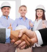 Imprenditore e imprenditrice agitando le mani — Foto Stock