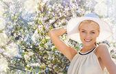 美しい女性を楽しむ夏のアウトドア — ストック写真