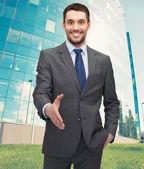 開いた手の握手のための準備を持ったビジネスマン — ストック写真
