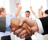 Biznesmen i interesu drżenie rąk — Zdjęcie stockowe