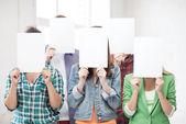 白紙の面をカバーする学生 — ストック写真