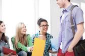 Studentów, komunikowania się i śmiejąc się w szkole — Zdjęcie stockowe