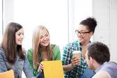 Studenten kommunikation und lachen in der schule — Stockfoto