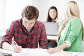 Uczniowie pisząc coś w szkole — Zdjęcie stockowe