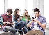 Studentów poszukuje do urządzeń w szkole — Zdjęcie stockowe