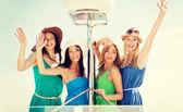 Dziewczyny macha na łodzi lub jachtu — Zdjęcie stockowe