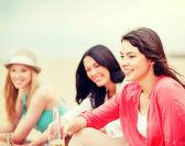 Dziewczyny z napojami na plaży — Zdjęcie stockowe