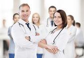Due giovani medici attraente — Foto Stock