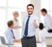 ハンサムなビジネスマンに親指を表示 — ストック写真