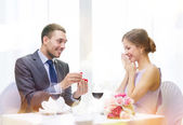 Man proposing to his girlfriend at restaurant — ストック写真
