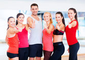 Group of people in the gym showing thumbs up — 图库照片