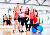 Group of smiling people in the gym — Стоковое фото