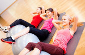 Group of people working out in pilates class — Stock fotografie
