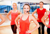 Group of smiling people exercising in the gym — Stock fotografie