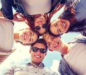 группа подростков, глядя вниз — Стоковое фото