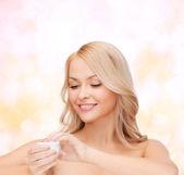Mulher bonita, aplicar creme — Foto Stock