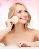 Mulher bonita com esponja — Foto Stock
