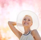 美丽的女人享受夏季户外 — 图库照片
