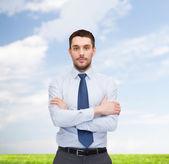 Stilig affärsman med korsade armar — Stockfoto
