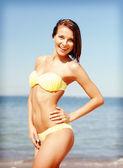 Femme qui pose sur la plage — Photo