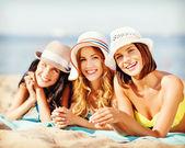 Tjejer sola på stranden — Stockfoto