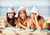 Meninas tomando banho de sol na praia — Fotografia Stock
