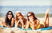 Dívky opalování na pláži — Stock fotografie