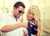 Smiling couple with photo camera — Photo